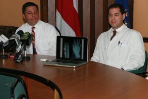 Hospital Calderón le realiza exitosa cirugía de reimplante de mano a hombre.