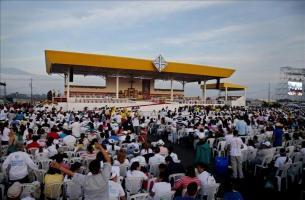 El papa dice que los servicios a la familia no son una limosna sino una deuda social El papa Francisco saluda desde su vehículo a la multitud este lunes 6 de julio de 2015, en el Parque Samanes de Gua