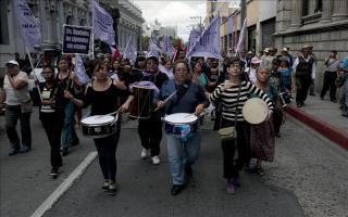 Un grupo de guatemaltecos a favor de la reforma electoral increpa al embajador de EE.UU. Más de 100 organizaciones civiles que integran la Plataforma Nacional para la Reforma del Estado realizaron una