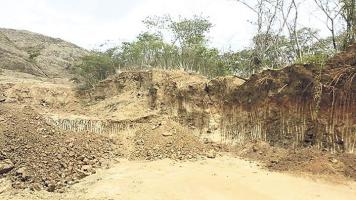 El material que se extrae del tajo es usado en el arreglo de carreteras y diques