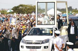En medio de la multitud el Papa saludó a niños, enfermos y adultos mayores