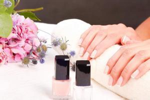 Atrévase a utilizar una manicura con azul metálico y tonos similares