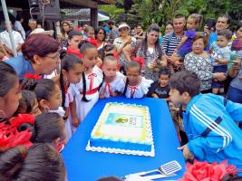 Una vez que cantaron el tradicional cumpleaños feliz, los niños soplaron la candela y se procedió a repartir el queque entre los que asistieron a la actividad