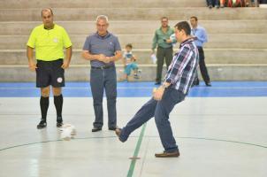 El redactor de deportes del Periódico de Más Venta en Costa Rica, Rodrigo Murillo, dio el saque inicial del torneo de copa de futsal. (Foto: Mauricio Aguilar)