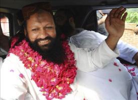 Muere en un tiroteo el líder de grupo paquistaní autor de matanzas contra minorías Foto de archivo tomada el 14 de julio de 2011 de Malik Ishaq (izq), líder del grupo insurgente suní Lashkar-e-Jhangvi