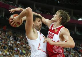 La FIBA excluye a Rusia de todas las competiciones internacionales El pívot de la selección española Marc Gasol (i) intenta eludir la defensa del alero de Rusia Andrei Kirilenko, en un partido disputa