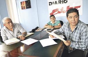 Joaquín Rojas, Francisco Santamaría y Edwin Marín, de ANEP, denunciaron ante el AyA casos irregulares de empleados que gozan de viviendas sin cumplir los requisitos