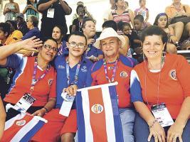 Alice Chavarría y Luis Badilla viajaron desde Nandayure para ver a su hijo competir hoy en los 3 mil metros planos. Con ellos Mercedes Montoya