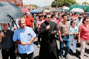 Junto a su obispo monseñor Fernández, los puntarenenses rezaron el rosario en su recorrido hacia la Basílica de los Ángeles. Dentro del templo todos pidieron a La Negrita salud, trabajo y que las bend