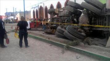 20 peregrinos muertos y 36 heridos tras ser atropellados por un camión en México Fotografía cedida este miércoles por autoridades del municipio de Mazapil, estado mexicano de Zacatecas, en el que se r
