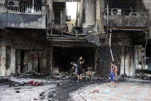 La UNESCO pide Justicia por el asesinato de dos periodistas iraquíes Iraquíes inspeccionan el lugar donde ayer explosionó un coche bomba en Bagdad. EFE/Archivo
