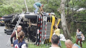 El camión se volcó y colisionó contra una baranda de contención