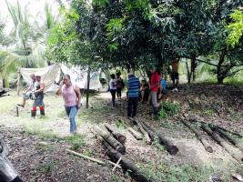 Algunos vecinos debieron buscar refugio bajo un árbol, al ser sacados de sus casas