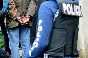 Detuvieron a cuatro hombres y una mujer por vender estupefacientes en un parque