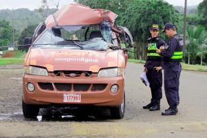 El microbús terminó destruido debido al accidente