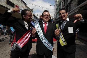 Cientos de estudiantes critican al Gobierno de Guatemala en una marcha extraordinaria Estudiantes de la estatal Universidad de San Carlos de Guatemala (USAC) representan embajador de Estados Unidos en