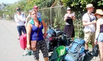 Extranjeros y costarricenses debieron esperar bajo un fuerte sol