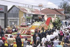 """La carroza """"Santa María puente de la fe"""" fue adornada con 50 mil flores para transportar a La Negrita"""