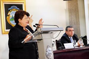 Olga Marta Sánchez, ministra de Planificación, y Fernando Rodríguez, viceministro de Hacienda, presentaron el plan del gobierno sobre empleo público. Sus jefes el presidente Solís y el ministro Helio