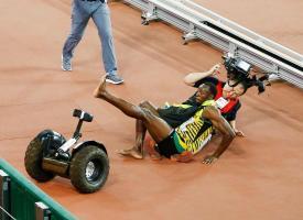 Usain Bolt no se enojó con el camarógrafo, se levantó y siguió saludando a la afición. (Foto: EFE)