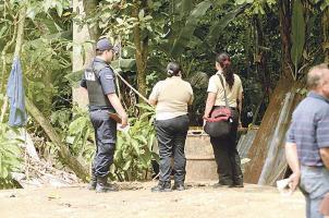 El cadáver estaba tirado en el patio de la casa con ropa y en posición fetal