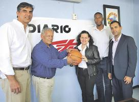 Rafael González, presidente de Fecoba, junto a Guiselle Gómez, gerente de publicidad del Grupo Extra. Con ellos Mauricio Ortiz, Dave Milliner y Alexander Loría. (Foto: Herbert Arley)
