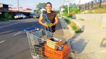 Cruz se gana la vida vendiendo jocotes