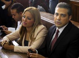 El Tribunal Penal de El Cairo condenó hoy a tres años de cárcel a tres periodistas de Al Yazira acusados de difundir noticias falsas y estar vinculados a los Hermanos Musulmanes. En la foto, el report