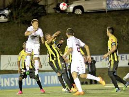 Francisco Calvo salta para cabecear un balón en el partido que sirvió para inaugurar la iluminación del estadio Labrador