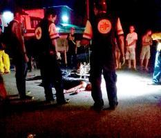 El cuerpo del motociclista terminó en media carretera tras chocar con la parte trasera de la carreta