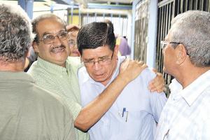 Enrique Montoya (en el centro) no contuvo el llanto al salir electo candidato a alcalde por Puriscal