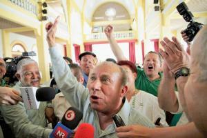 El abogado Guido Granados celebró doble el triunfo, su gane se ratificó en una segunda ronda de votaciones