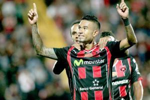 Carlos Discua celebra su golazo