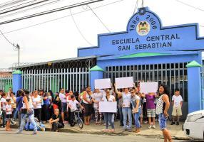 Los padres de la Escuela Central de San Sebastián protestaron para que detengan el bullyng de los alumnos más grandes hacia los pequeños. (Foto: Archivo)