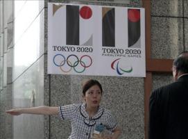 Japón descarta su logotipo para Tokio 2020 tras las acusaciones de plagio Una recepcionista da indicaciones a un visitante bajo el logo de los Juegos Olímpicos de Tokio 2020 en Tokio (Japón) hoy, 1 de