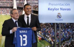El portero costarricense Keylor Navas (d) junto al presidente del club, Florentino Pérez, durante su presentación como nuevo jugador del Real Madrid. EFE/Archivo
