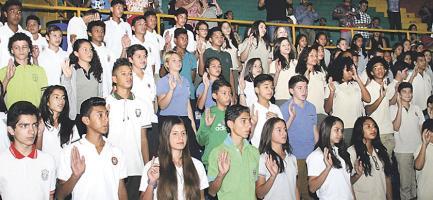 Los atletas que participarán en la quinta edición de los Juegos Estudiantiles Centroamericanos fueron juramentados en el Gimnasio Nacional. (Foto: José Venegas)