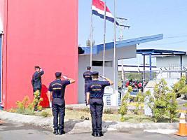 Ante la capacitación ahora es posible ver un grupo de oficiales izando la bandera