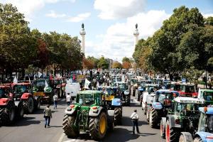 Los tractores se estacionaron cerca de la Plaza de la Nación en París para protestar por la crisis agrícola