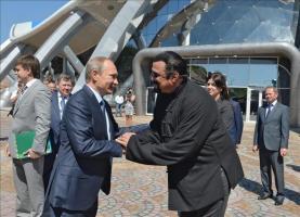 Putin culpa a EE.UU. de la crisis de refugiados en Europa El presidente ruso, Vladímir Putin (i), saluda al actor estadounidense Steven Sigal durante una visita al oceanário de la isla Russkiy, cerca