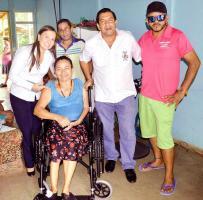 Una de las beneficiadas se mostró  muy feliz de recibir su silla de ruedas.