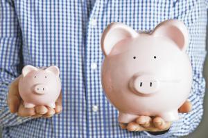 Busque alcancías para incentivar el ahorro en los niños. También puede usar recipientes transparentes