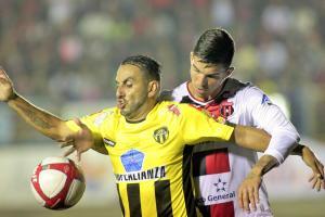 Uruguay de Coronado se encargó de quitarle el invicto a la Liga. Los lecheros se impusieron en su terreno 2-0