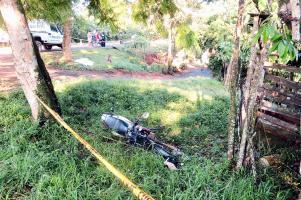 La moto quedó a varios metros del cuerpo luego de chocar contra un árbol