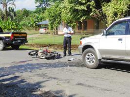 El impacto fue violento, la sangre del joven motociclista quedó en la calle; inspeccionaron ambos vehículos