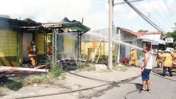 Bomberos acudieron al llamado de auxilio porque el fuego consumía un bar abandonado