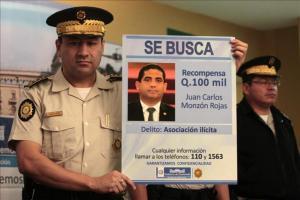 Exsecretario de Baldetti se entrega a Justicia por caso de corrupción estatal El director de la Policía Nacional Civil de Guatemala, Walter Vásquez, muestra el afiche informativo de Juan Carlos Monzón