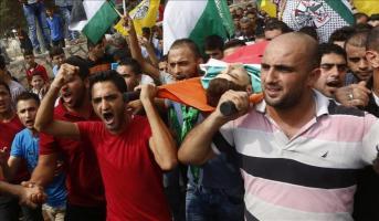 Un palestino de 13 años muerto por fuego israelí cerca de Belén Varios palestinos llevan a hombros el cadáver del joven Huthayfa Othman, de 18 años, durante su funeral en la localidad de Bala, cerca d