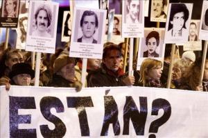 Confían hallar datos de crímenes de la dictadura uruguaya tras incautar archivos Ciudadanos uruguayos participan en la Marcha del Silencio por los desaparecidos de la dictadura (1973-1985) en el centr