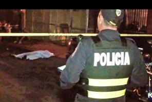 Un oficial de la Fuerza Pública custodió el cadáver de Luis Guillermo González